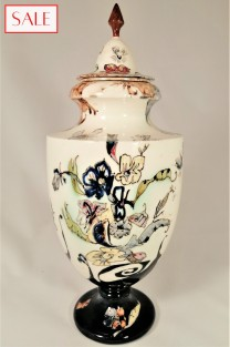 Antique vase with lid, Rozenburg. Antieke dekselvaas, Rozenburg.