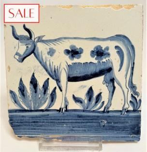 Tile with a Frisian cow, circa 1790. Tegel met een Friese koe, circa 1790.