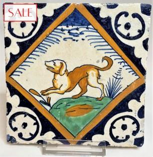 Polychrome tile with a dog, circa 1625. Polychrome tegel met een hond, circa 1625.