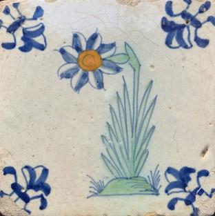 Kleine tegel met grote bloem ca. 1620
