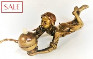 Antique Vienna bronze servant's bell of a smoking boy. Antieke Weens bronzen dienstbode bel van een rokende jongen.