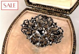 Antique silver broche with rose cut diamonds. Antieke zilveren broche met roosgeslepen diamanten.