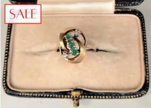 Vintage 14K yellow gold ring with emeralds and diamonds. Vintage 14K geelgouden ring met smaragden en diamanten.