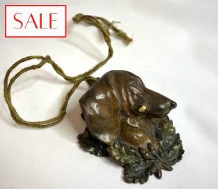 Antique Vienna bronze servant's bell of a wiener dog's head. Antieke Weens bronzen dienstbode bel van de kop van een tekkel.