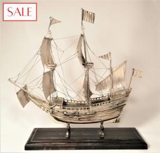 Silver VOC ship on foot. Zilveren VOC schip op voet.