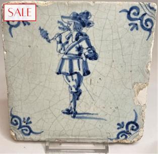 Tile with a pipe smoker, circa 1650. Tegel met een rokende man, circa 1650.