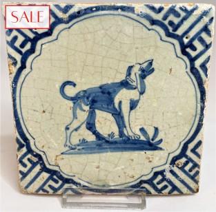 Tile with a dog, circa 1625. Tegel met een hond, circa 1625.