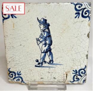 Tile with a golf player, circa 1650. Tegel met een golfspeler, circa 1650.