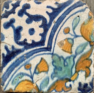 Kleine tegel met 1/4 quatrefoil patroon ca. 1600-1620