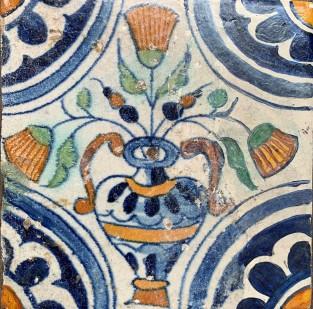 Tegel met een bloempot motief en quarter rozet hoekmotief ca. 1625