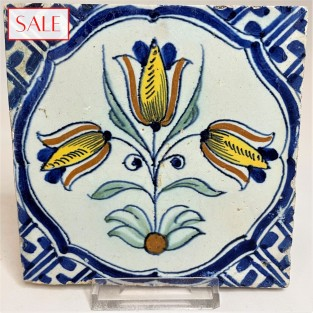 Polychrome tile with a three tulip, circa 1650. Polychrome tegel met een drietulp, circa 1650.